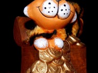 Статуэтка-копилка тигренок на сундуке с деньгами