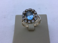 Перстень с синем камнем и мелкими вокруг ,круглый Золото 585 (14K) вес 5.70 г