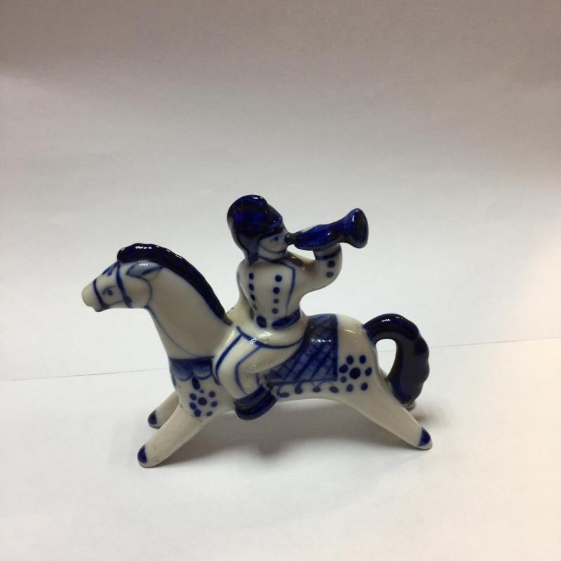 Фарфоровая статуэтка «Вестовой на коне»