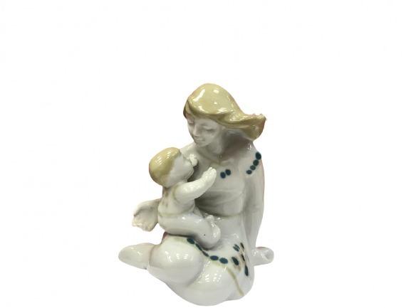 Фарфоровая статуэтка «Девушка с ребенком»