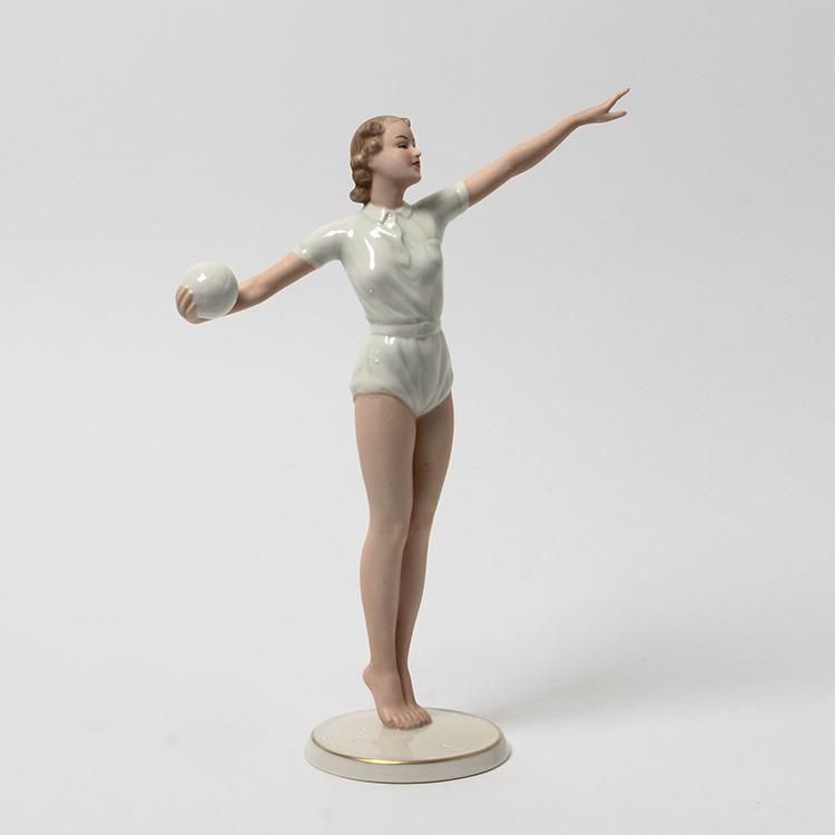 Фарфоровая статуетка«Девушка с мячом»