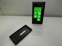 Телефон Nokia Lumia 800 в чехле