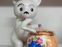 Фарфоровая статуэтка ''Медведь с бочонком'' Дулево